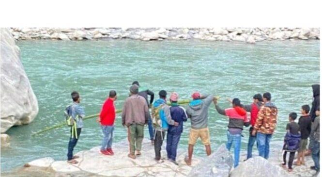 आत्मह`त्या गर्न पुलबाट नदीमा हामफाले एक युवक , मलामीले गरे यसरी उ`द्दार