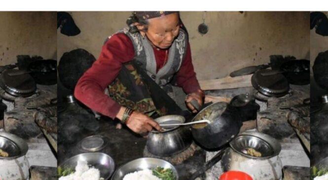 तल्ला घरमा त हिजोदेखि नै मासु खाइराछन् , हामी मासु खाने हैन र आमा ?